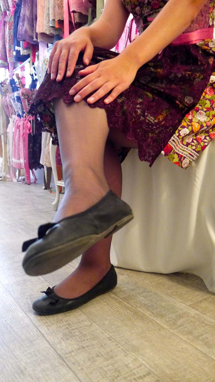 Schwarze Strumpfhose und flache Schuhe